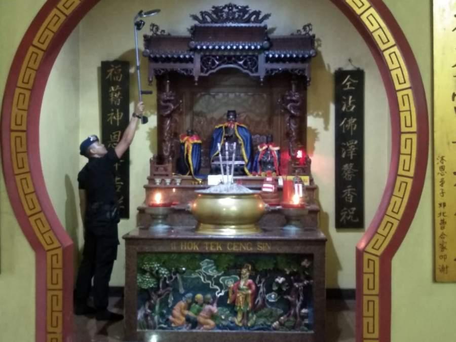 Jelang Imlek Brimob Polda Banten Sterilisasi Tempat Ibadah
