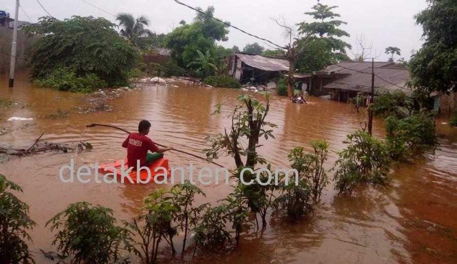 Situasi banjir yang terjadi di RW 013 Kampung Gedong awal tahun baru lalu.