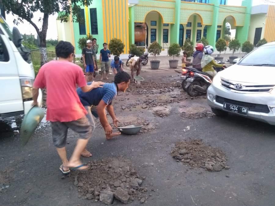 Tak Kunjung di Perbaiki, Warga Cikepuh Gelar Aksi Tambal Jalan Rusak