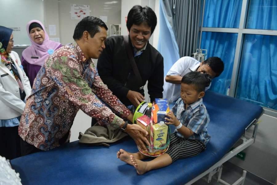 PJ Bupati Tangerang Bagikan Parsel Ke Pasien RSUD Balaraja