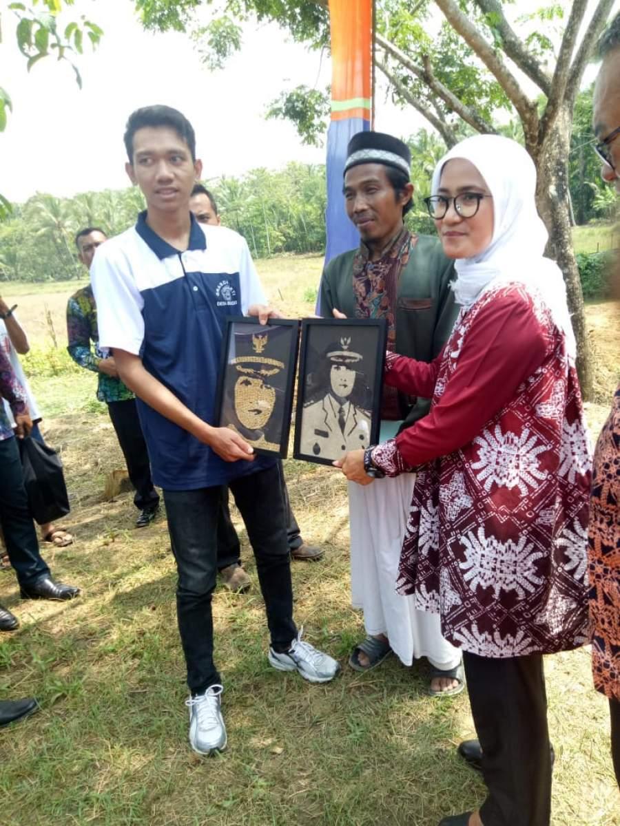 Paguyuban Pemuda Desa Bejod Ciptakan Lukisan Pasir Dan Biji Padi