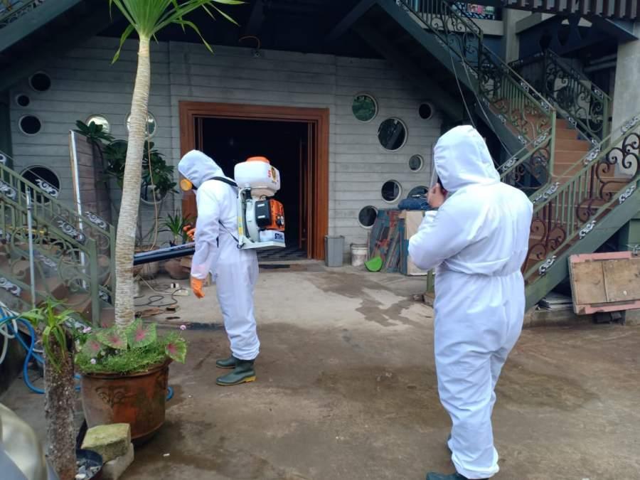 Badan Intelijen Negara Daerah Banten (Binda) saat melakukan penyemprotan Disinfektan di Masjid Agung Ats-Tsauroh Kota Serang