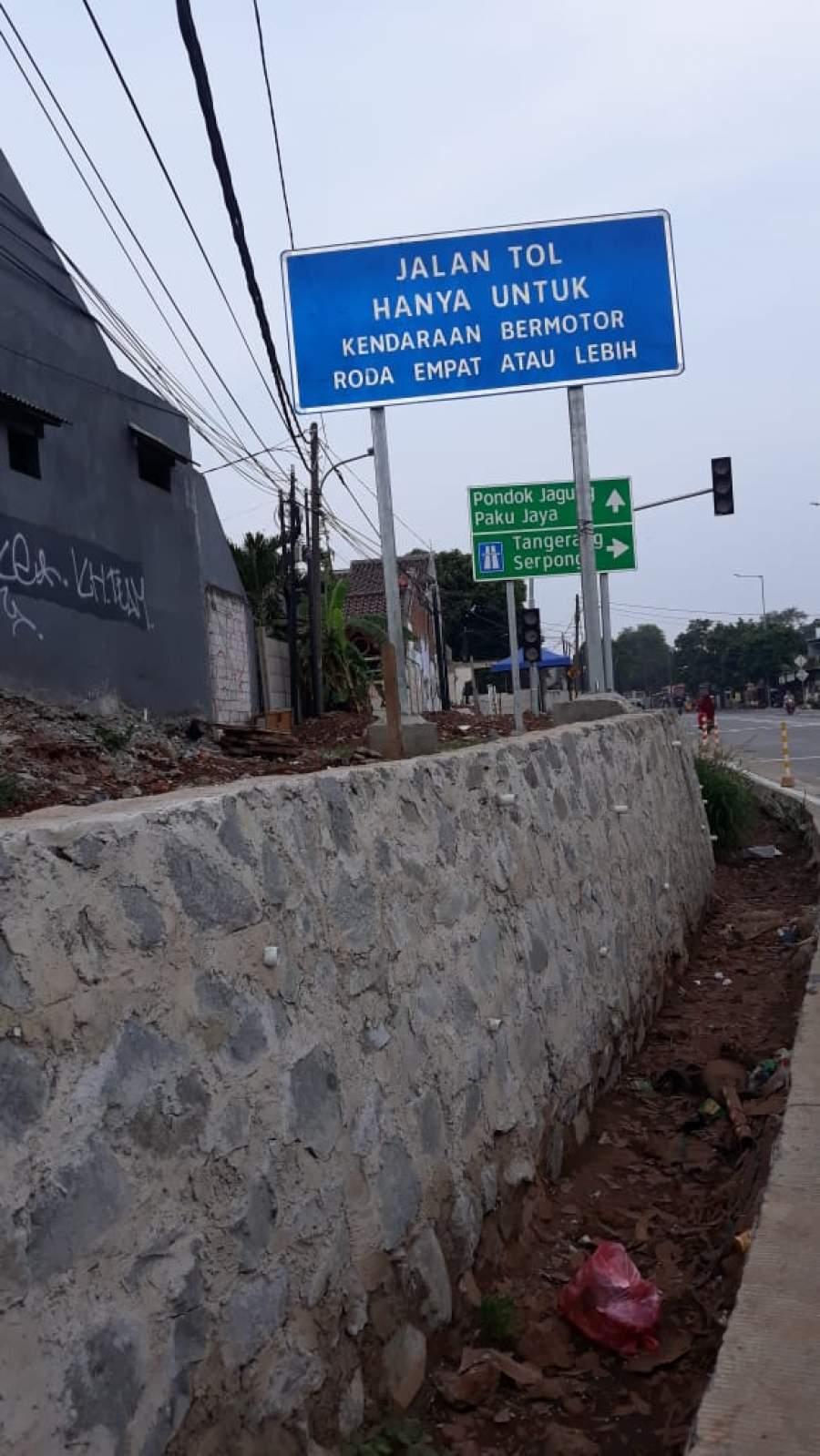 Tampak tembok warga dibelakang jal tol kunciran serpong tanpa tembok pembatas