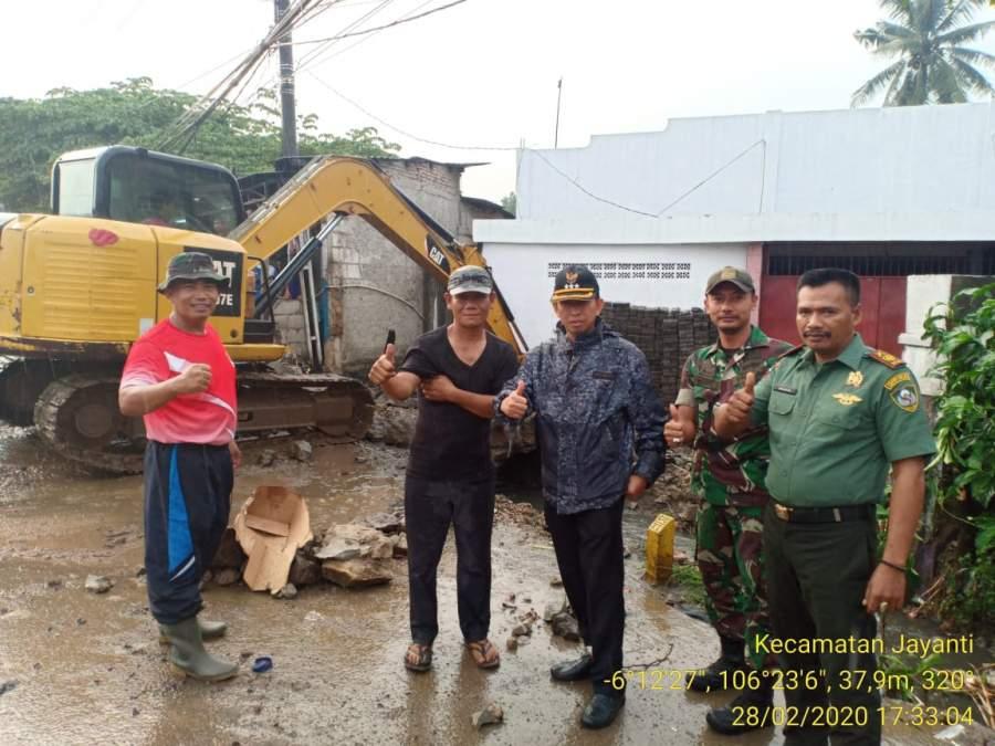 Hindari Banjir, Muspika Jayanti Gotong Royong Bareng Warga