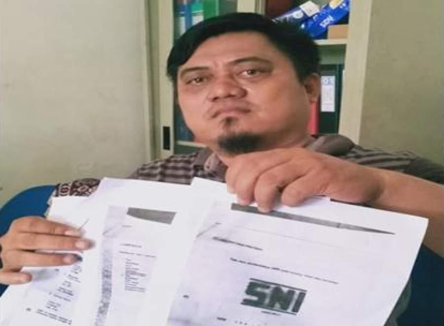 Humas PT. Asa Bintang Pratama, Dimas Agung Mahardika, menunjukan dokumen resmi prusahaan kepada awak media.
