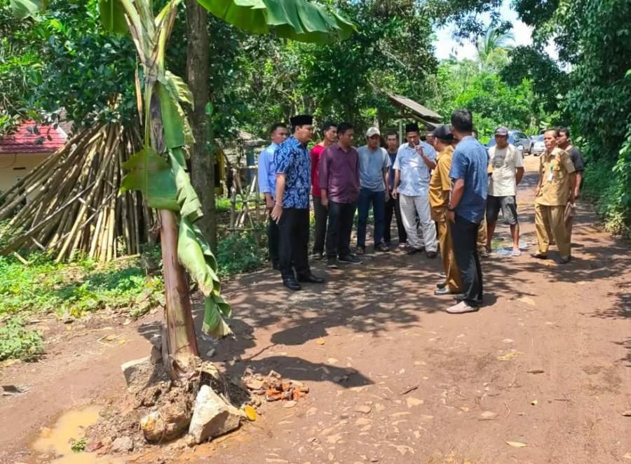 Kesal Dengan Pemkot serang Yang Lambat Perbaiki Akses Jalan, Warga Tanam Pohon Pisang