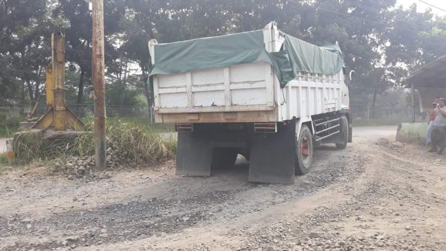 Ratusan Warga Cisauk Minta Pemilik Tanah Di Kampung Cikoleang Tidak Menutup Jalan Alternatif
