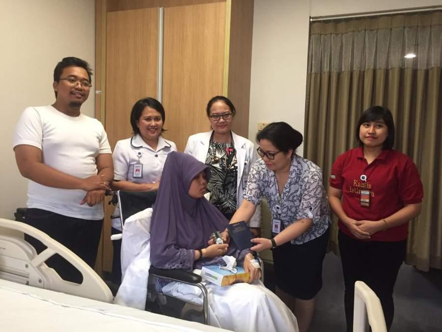 Siloam Hospitals Group Bagi Kurma untuk Pasien Rawat Inap