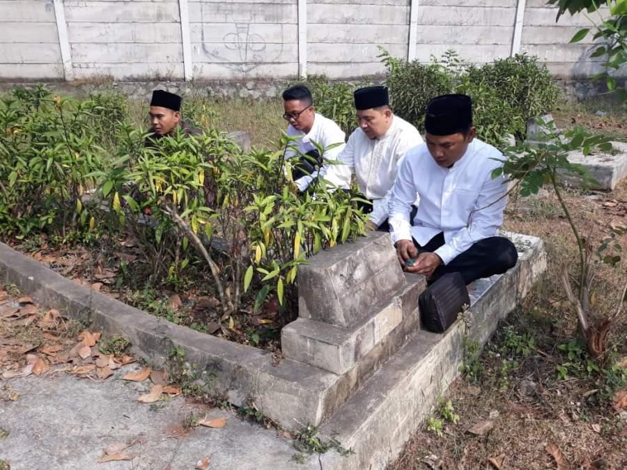 Jelang Pelantikan, Mad Romli Ziarah ke Makam Orang Tua