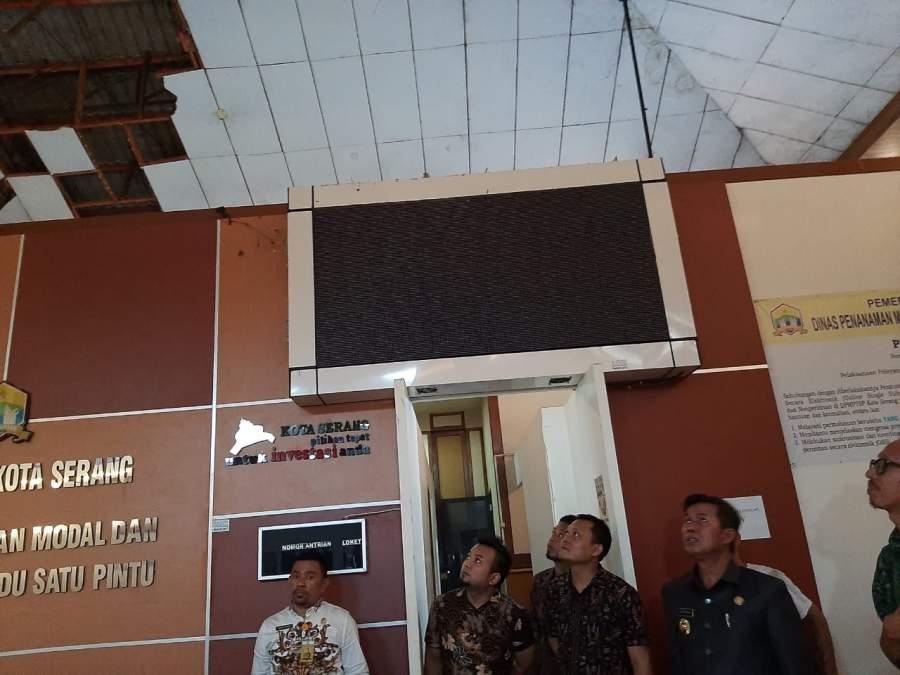 Plafon Gedung Roboh, Tiga Staf Dinas Perjinanan Kota Serang Terluka