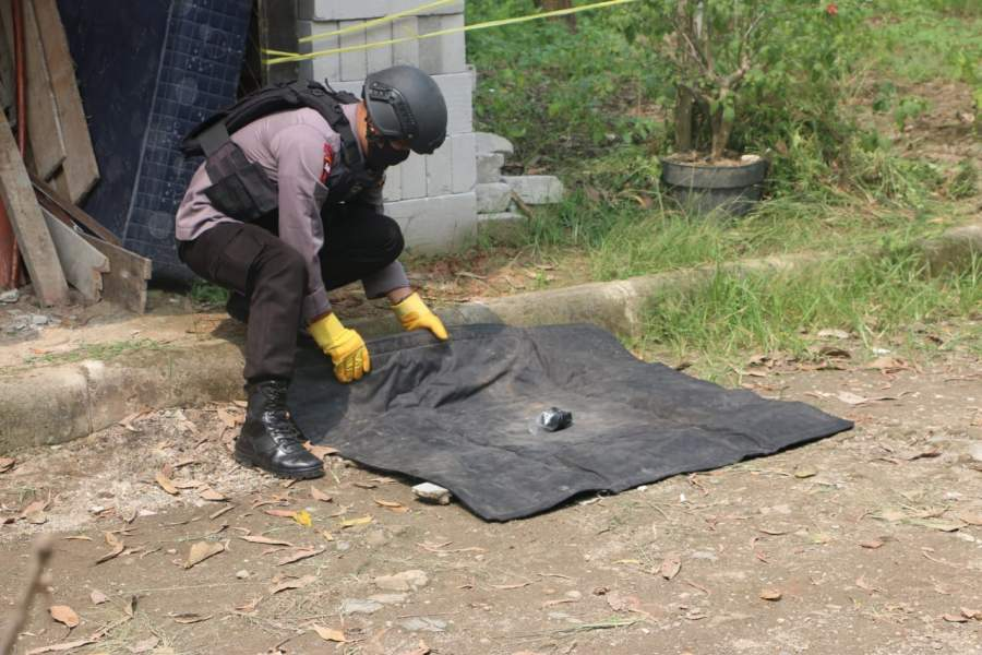 Tim Jibom Gegana Brimob Banten Amankan Temuan Bom dan Amunisi Militer