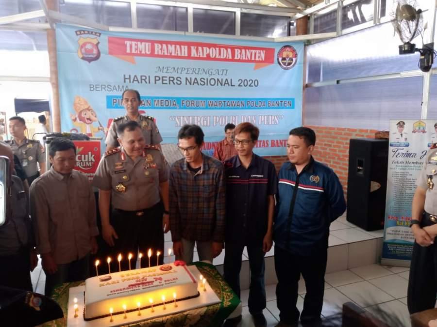 Kapolda Banten Irjen Pol Agung Sabar Santoso bersama Forum Wartawan Polda Banten saat meniup lilin peringatan HPN 2020