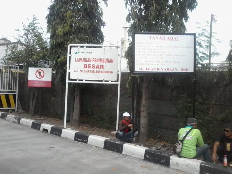 Tim Kuasa Hukum dan Ahli Waris Pasang Plang Hak Milik Di Depan Pintu Masuk Pertamina TBBM Tanjung Gerem