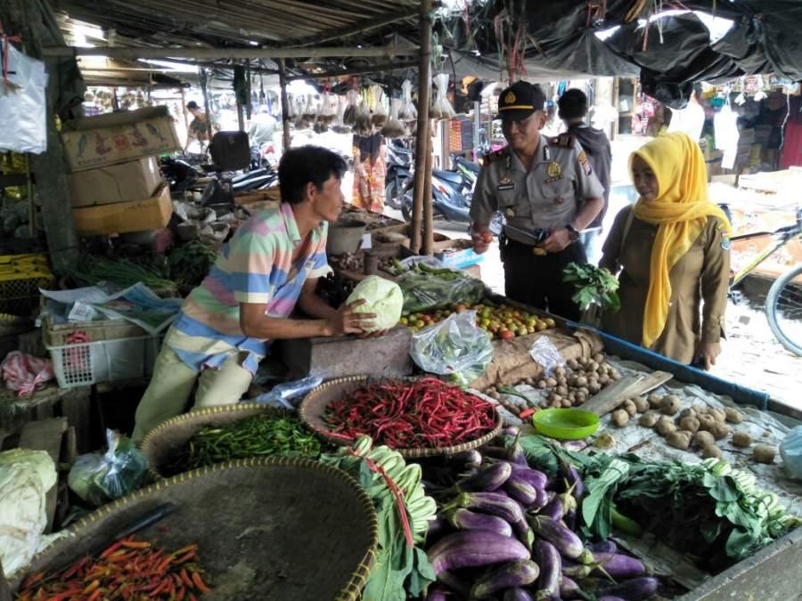 Jelang Hari Raya Idul Adha, Kapolsek Cisoka Pantau Harga Kebutuhan Pokok