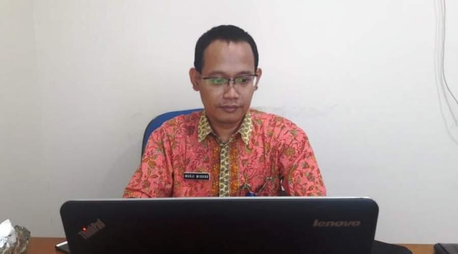 Kabid Non PBB Bapenda Kab Tangerang, Mudji Widodo saat ditemui di ruangannya (ft day).