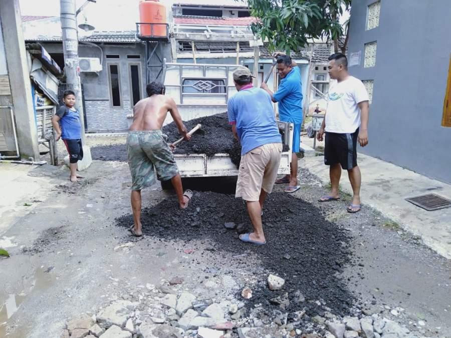 Tanpa Bantuan Pemerintah, Warga Sodong Village Gotong Royong  Perbaiki Jalan