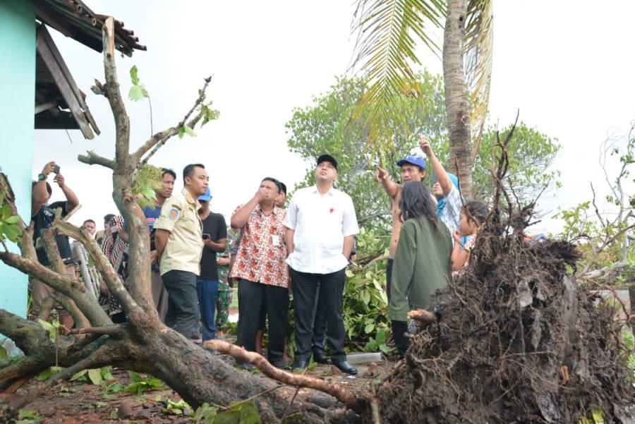 Bupati Tangerang Zaki saat meninjau bencana angin puting beliung di Kecamatan Mauk, Kamis (13/12/2019).