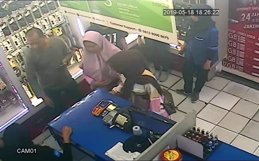 Puluhan Handphone Raib, Pelaku Penipuan di Toko Seluler Terekam CCTV