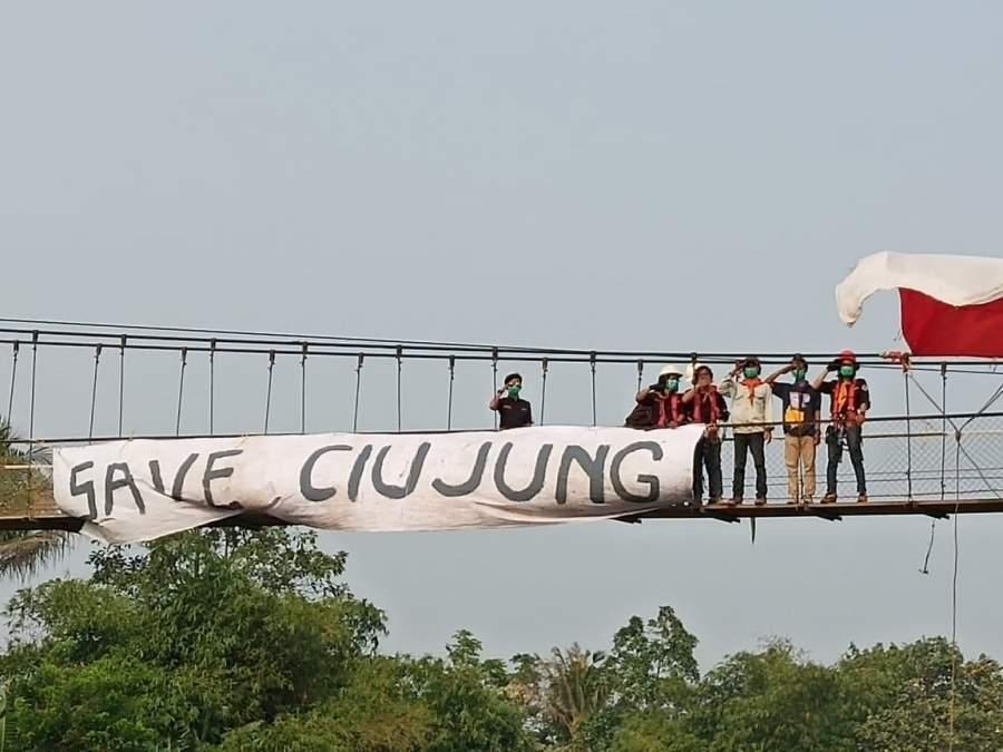 Aksi Protes, Sejumlah Mahasiswa Dan Masyarakat Kibarkan Bendera Di Sungai Ciujung Yang Tercemar