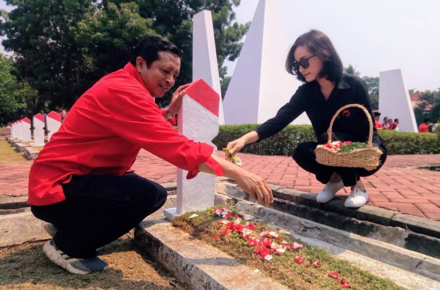 Putri Ayu Anisya dan kader PDI Perjuangan lainnya saat tabur bunga di TMP Seribu, Minggu lalu.