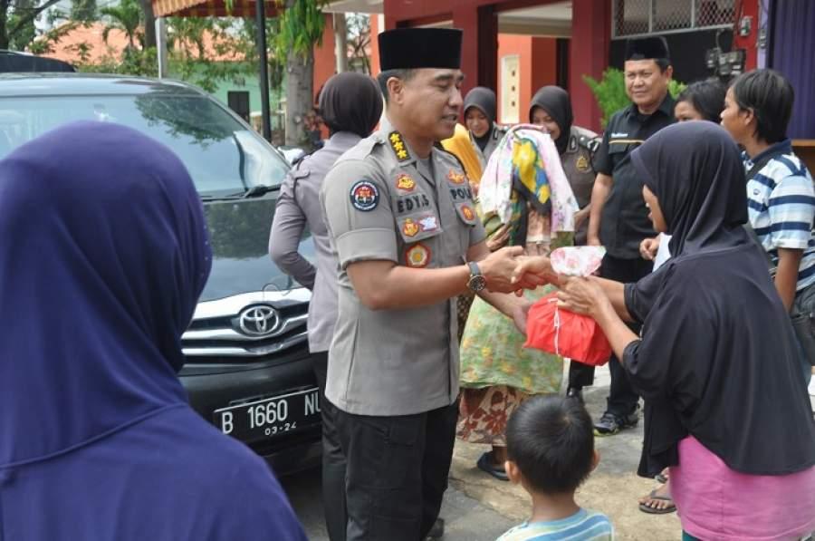Senyum bahagia, Sambut Kedatangan Tim Jumat Barokah Polda Banten