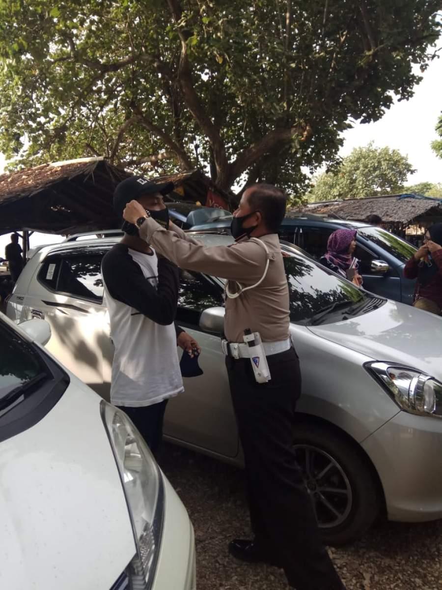 Ditlantas Polda Banten Bagikan Masker Gratis Pada Pengguna Jalan