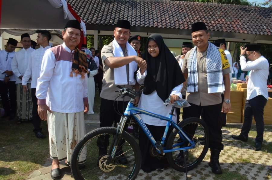 Rayakan Hari Santri, Polresta Tangerang Bagikan Door Prize