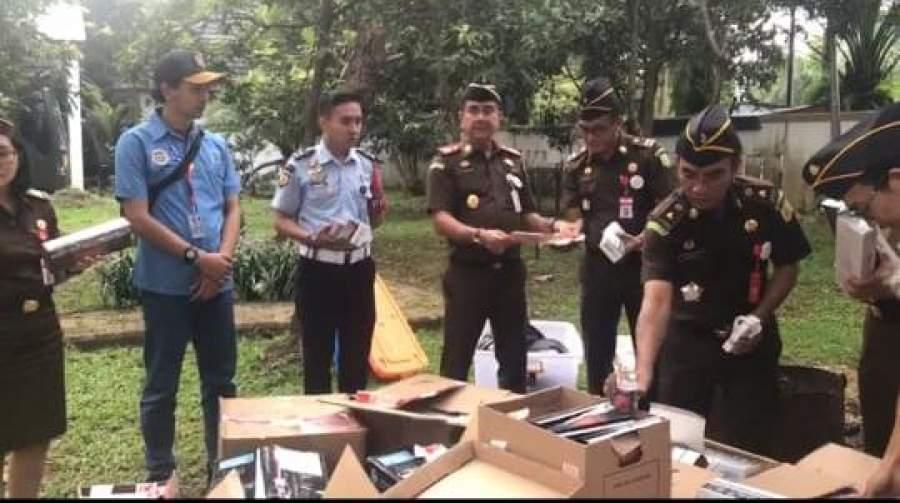 Kejari Kabupaten Tangeang Musnahkan Puluhan Ribu Batang Rokok Ilegal