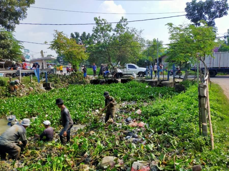 Salut, Petani Asal Desa Jengkol Kresek Kerja Bakti Bersihkan Saluran Irigasi Sukamulya