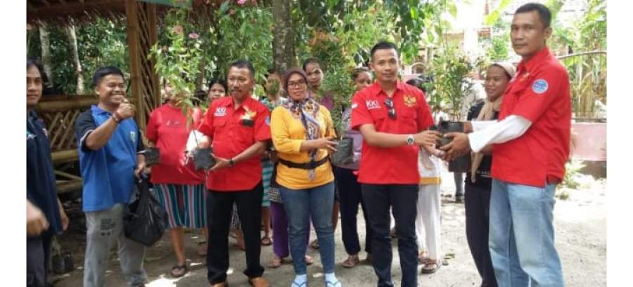 Komunitas Kritis Indonesia (KKI) saat menberikan bantuan tanaman hias di Lingkungan Kedeos, Kecamatan Walantaka Kota Serang
