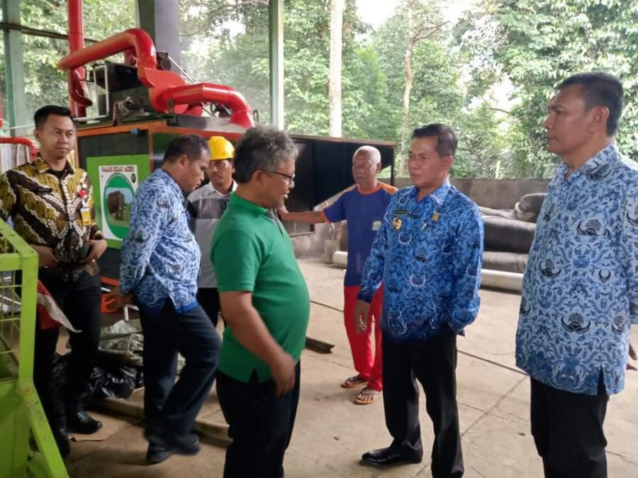 Walikota Serang Syafrudin didampingi Kepala Dinas DLH Kota Serang Ipiyanto saat mengecek mesin Karbon