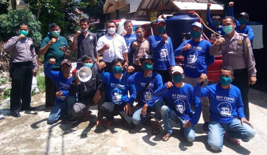 Anggota Fraksi Demokrat DPRD Tangsel, Yanto Ulay, relawan Mat Pendul, Ketua RT/RW dan Polisi Polsek Pondok Aren saat penyemprotan disinfektan di PPI ll.
