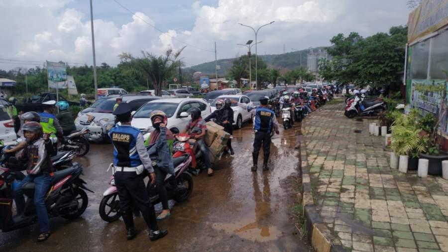 Sejak pagi antrian panjang kendaraan roda empat maupun roda dua terjadi di check point Jalan Aat Rusli atau Jalan Lingkar Selatan (JLS) tepatnya di pos polisi Ciwandan, Kota Cilegon, Minggu (31/5).