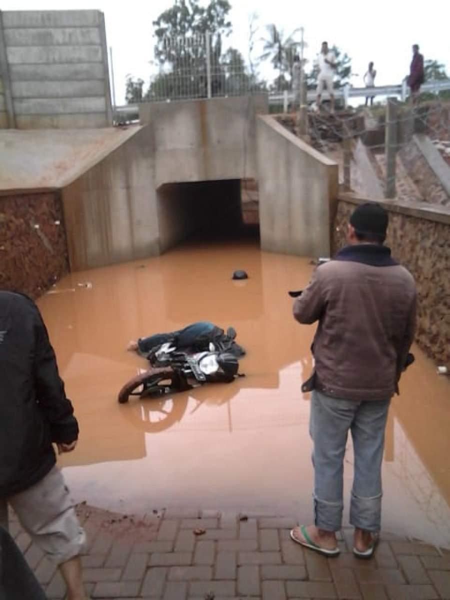 Tampak kendaraan sepeda motor korban tergelatak di underpass tol Balaraja.