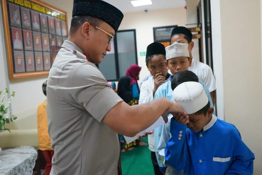 Kapolresta Tangerang Berbagi Takjil Kepada Anak Yatim