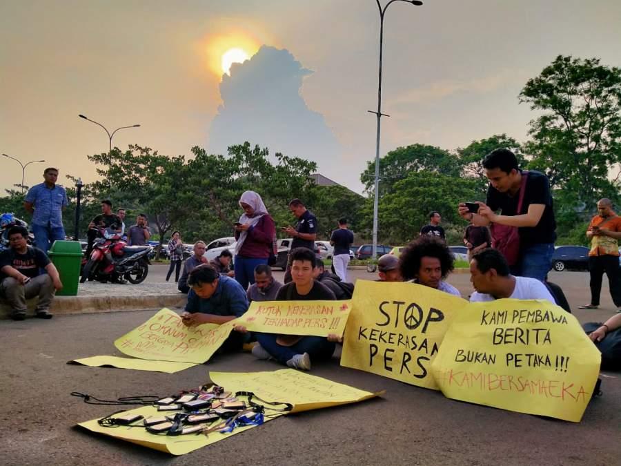 Puluhan jurnalis saat mengelar aksi damai di Polres Tangsel.