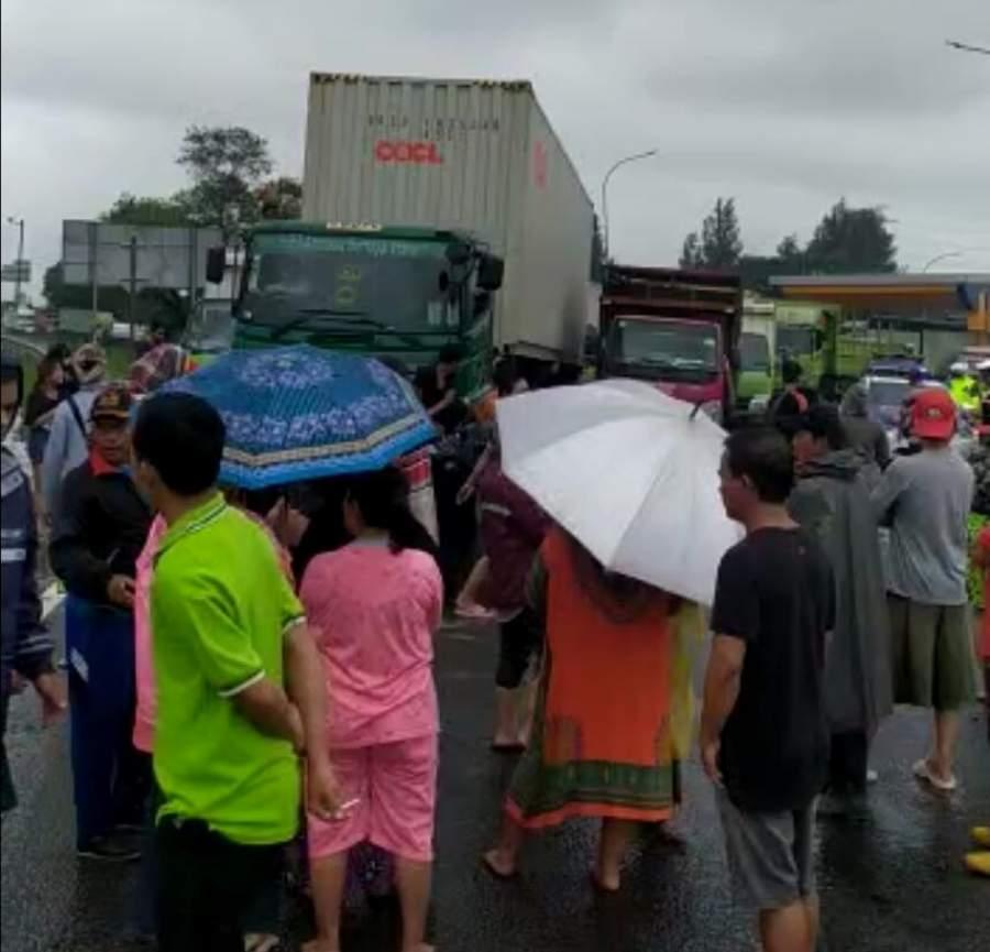 Warga Bitung Kembali Blokir Jalm Tol Tangerang - Merak