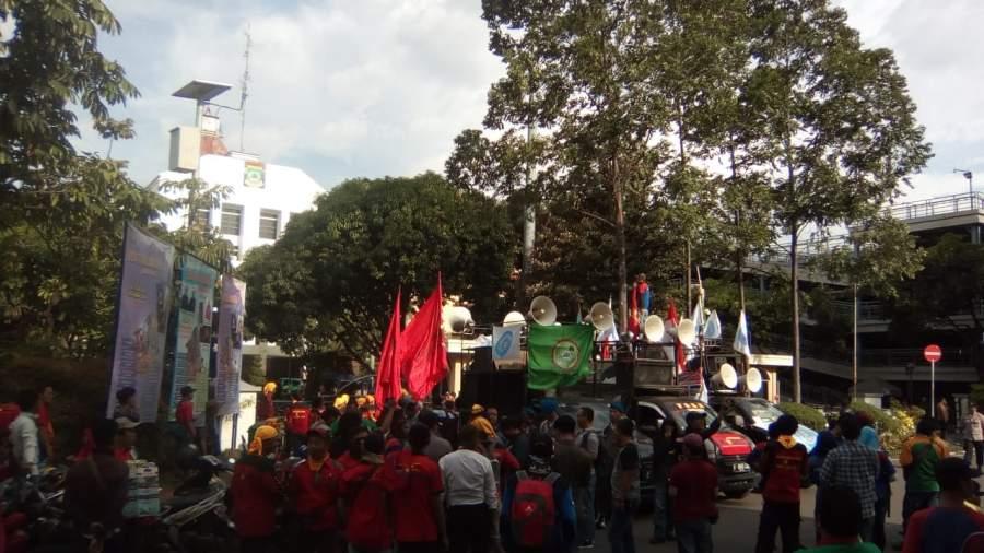 Gerakan Buruh Bersatu Kembali gelar aksi demo tuntut UMK dan KHL