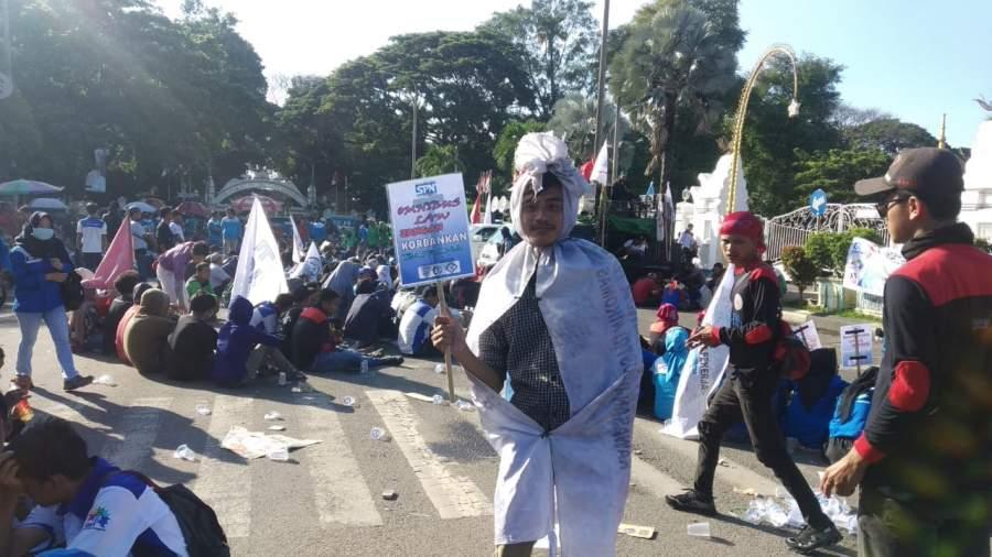 Ratusan buruh dari Aliansi Serikat Pekerja Serikat Buruh (ASPSB) Kabupaten Serang .