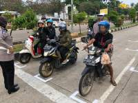 Ditlantas Polda Banten Buat Marka Physical Distancing Di Traffic Light